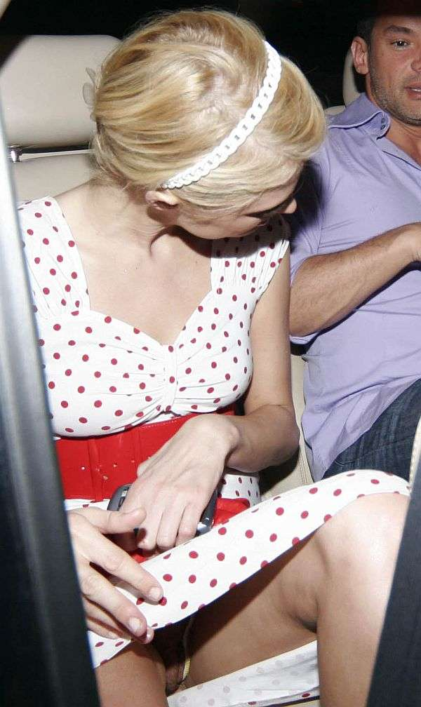 Paris Hilton upskirt no Panties