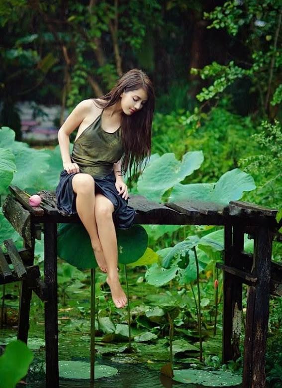 Girl xinh với áo yếm xưa bên hồ sen Phấn 1 25