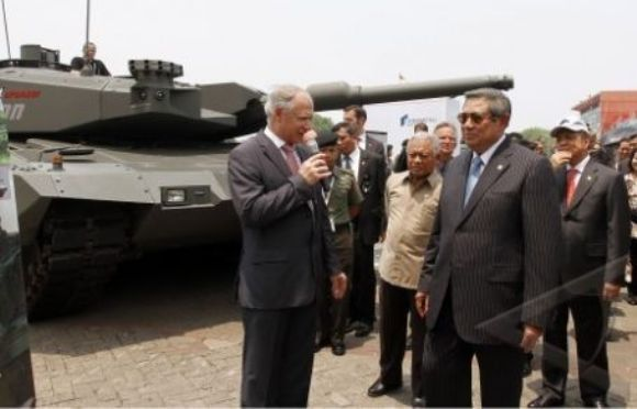 SBY melihat Leopard di Indo Defence 2012