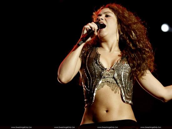 Shakira_performing
