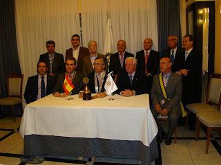 El gobernador rotario junto a los miembros del club bejarano