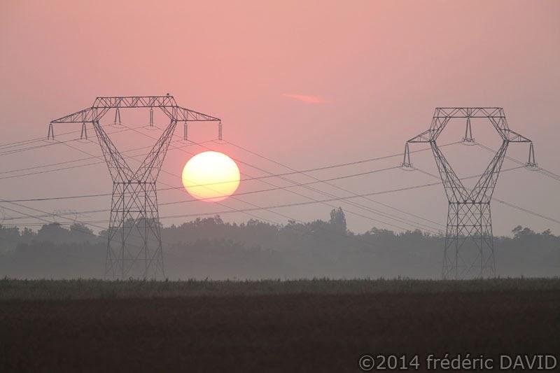 silhouette ligne haute tension électrique soleil aube matin ciel Seine-et-Marne
