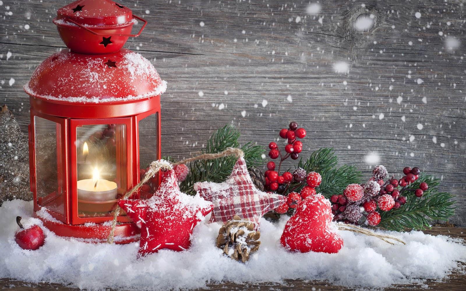 http://2.bp.blogspot.com/-rqOfIVh9tYQ/UKqiqfUEcdI/AAAAAAAAJYM/59QzSoZPh7s/s1600/kerst-wallpaper-met-kerstdecoratie-in-de-sneeuw-en-een-houten-achtergrond.jpg