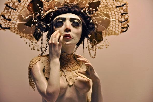 Jessica Laurel Louise Dalva esculturas e fantoches surreais bizarras mulheres semi nuas feminino peitos