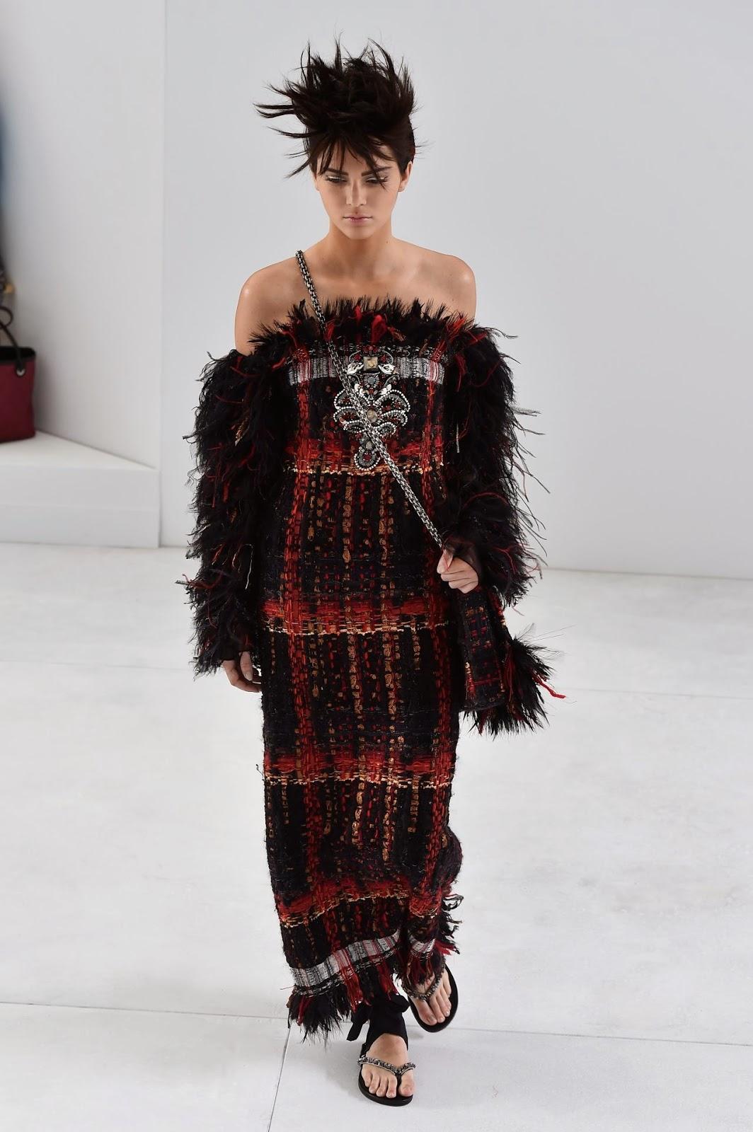 Kendall Jenner walks the Chanel - 211.1KB