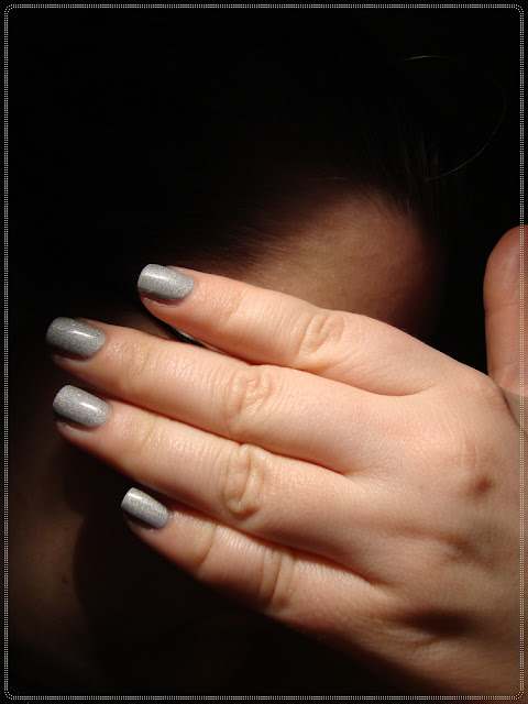 lice prekriveno rukom