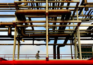 A Norweigian- and Chinese-owned offshore oil rig in the South China Sea, May 2006. (Bobby Yip / Courtesy Reuters)