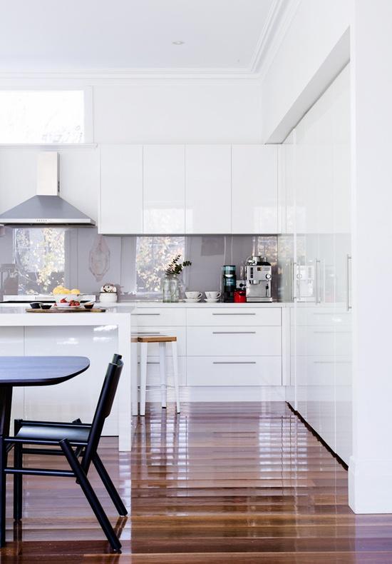 Bridoor S.L: Cocina blanca con tarima oscura