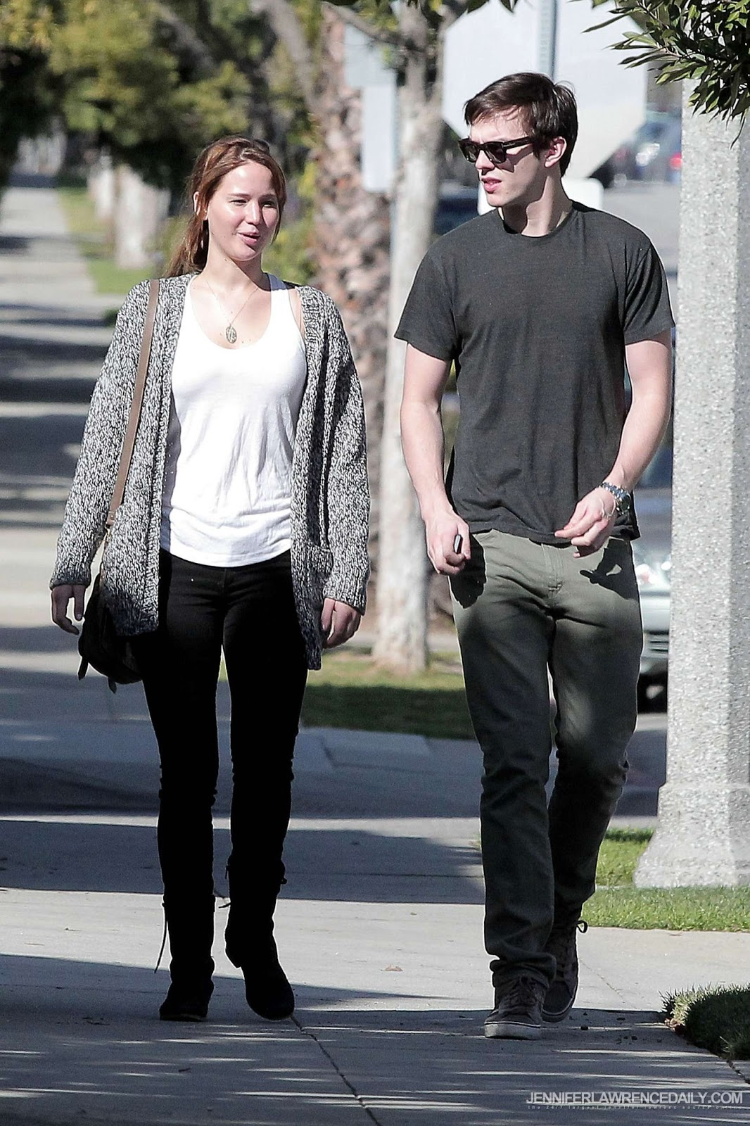 http://2.bp.blogspot.com/-rrlfWwqDMQI/UO8j9eilcdI/AAAAAAAASMg/jwCfdsTvarI/s1600/In-Los-Angeles-with-Nicholas-Hoult-February-14-2012-jennifer-lawrence-29117250-1700-2550.jpg
