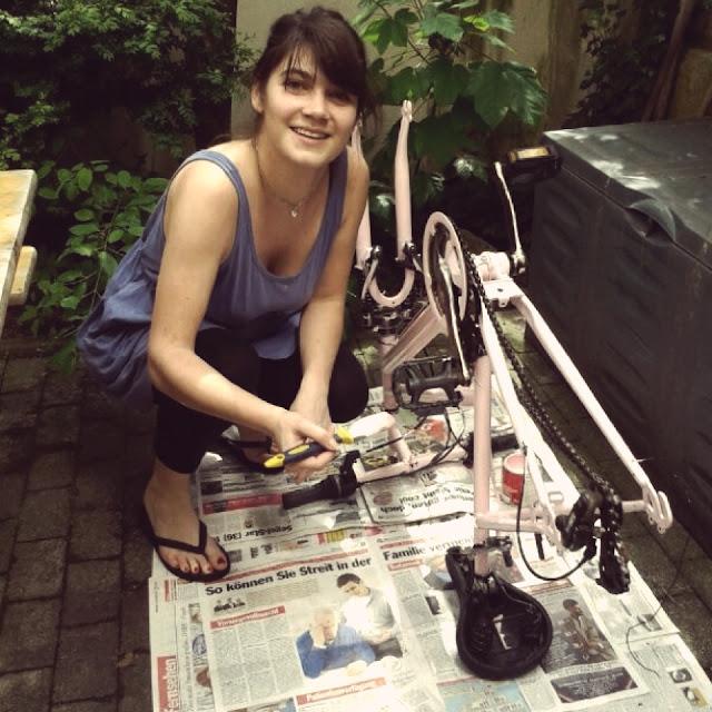 Fräulein Berger lackiert ihr Fahrrad