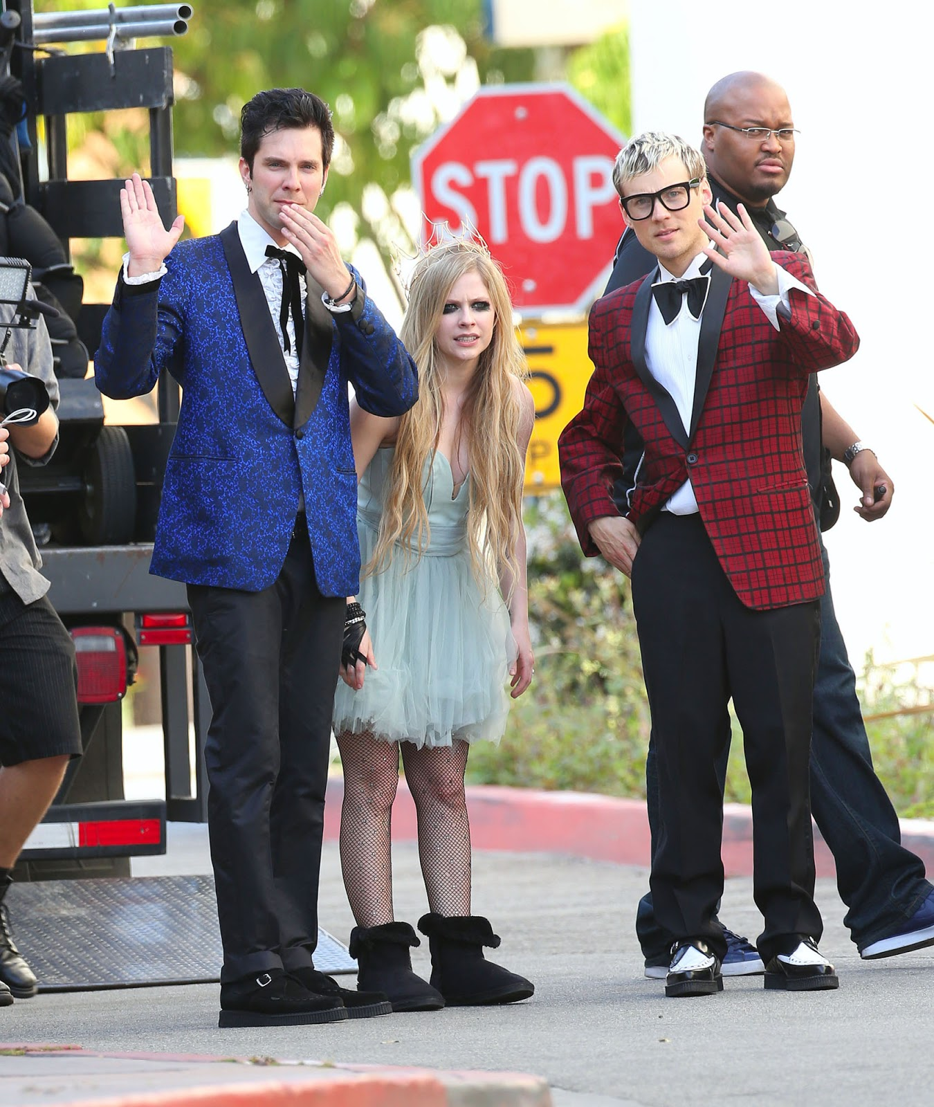 http://2.bp.blogspot.com/-rs52b3kNemw/UWL9DWM3nDI/AAAAAAAAGiA/uNv_6QjYZUg/s1600/EXPOSTAS.com+Avril+Lavigne+2013-04-07+-+On+Set+of+her+new+Video+HERE\'S+TO+NEVER+GROWING+UP+in+LA+(15).jpg