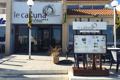 Conception graphique du visuel du porte-menu extérieur de l'hôtel restaurant Le Calluna, Préfailles.