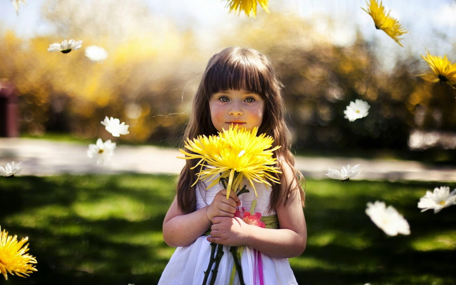 Foto bayi perempuan cantik bawa bunga