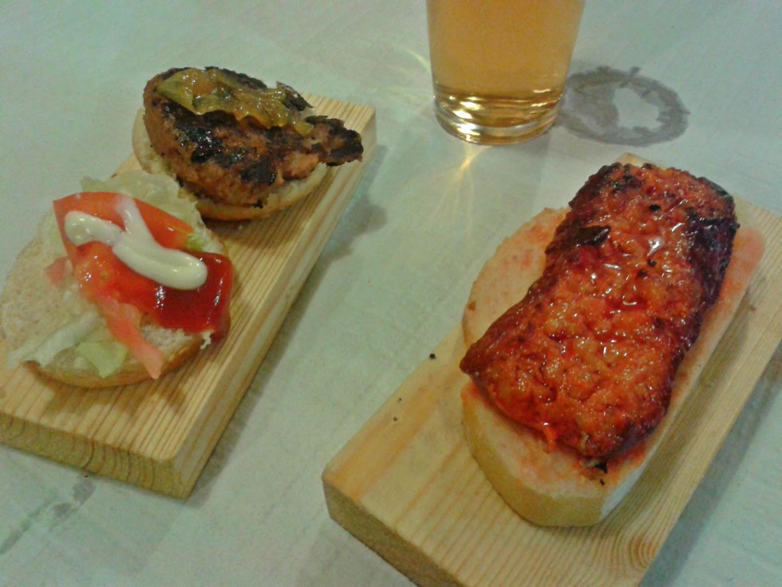 Mini hamburguesa y tosta de salchicha y tomate rallado