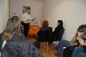 hablando durante la conferencia