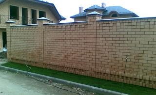 Кирпичный забор. Фото 11