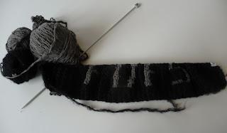 czapka na drutach z napisem
