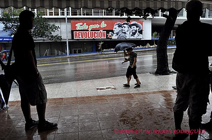 Calle 23 en La Habana, Cuba, durante las lluvias de un nuevo frente frio