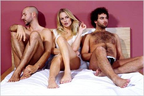 mulher com dois homens na cama