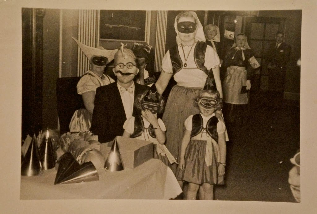 30 Vintage Photos Of People Wearing Strange And Creepy