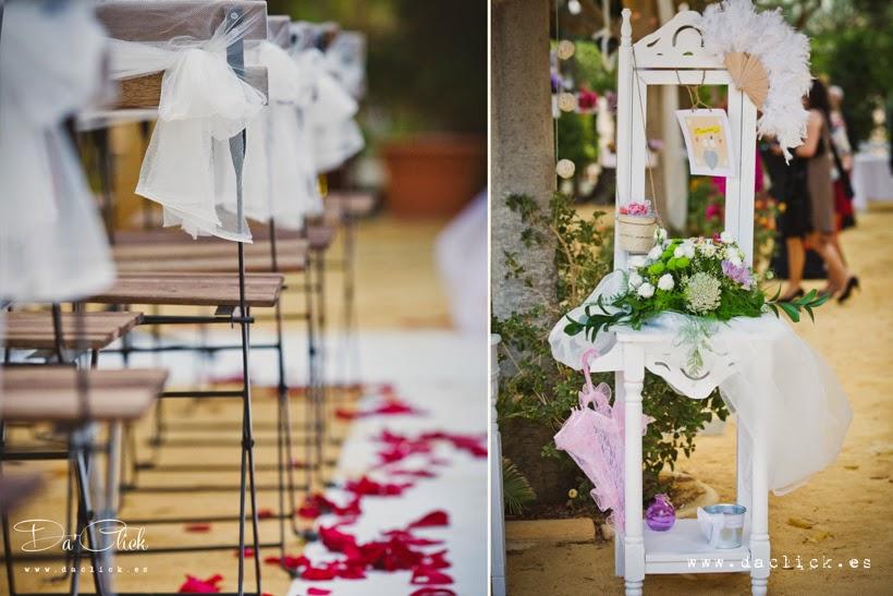 decoracion de boda, alfombra blanca , sillas con tul , tocador antiguo con flores