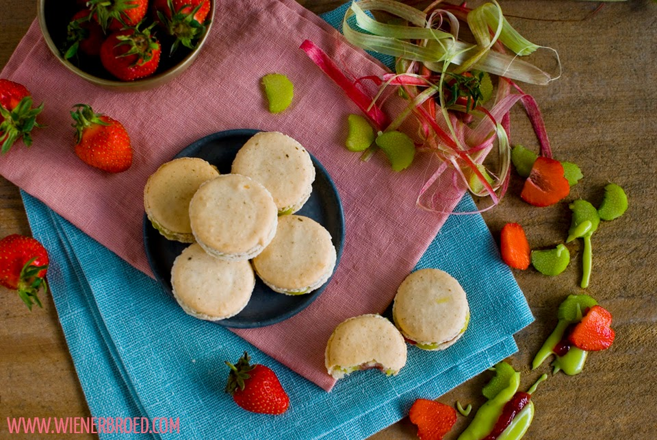 Vanille-Macarons mit Rhabarber-Erdbeer-Füllung / Vanilla Macarons with Rhubarb Strawberry Filling [wienerbroed.com]