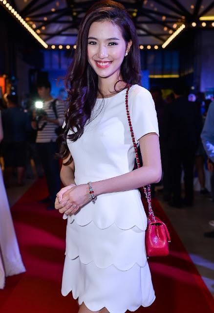 MC Mỹ Linh cũng theo đuổi phong cách nữ tính với váy trắng tinh khôi.