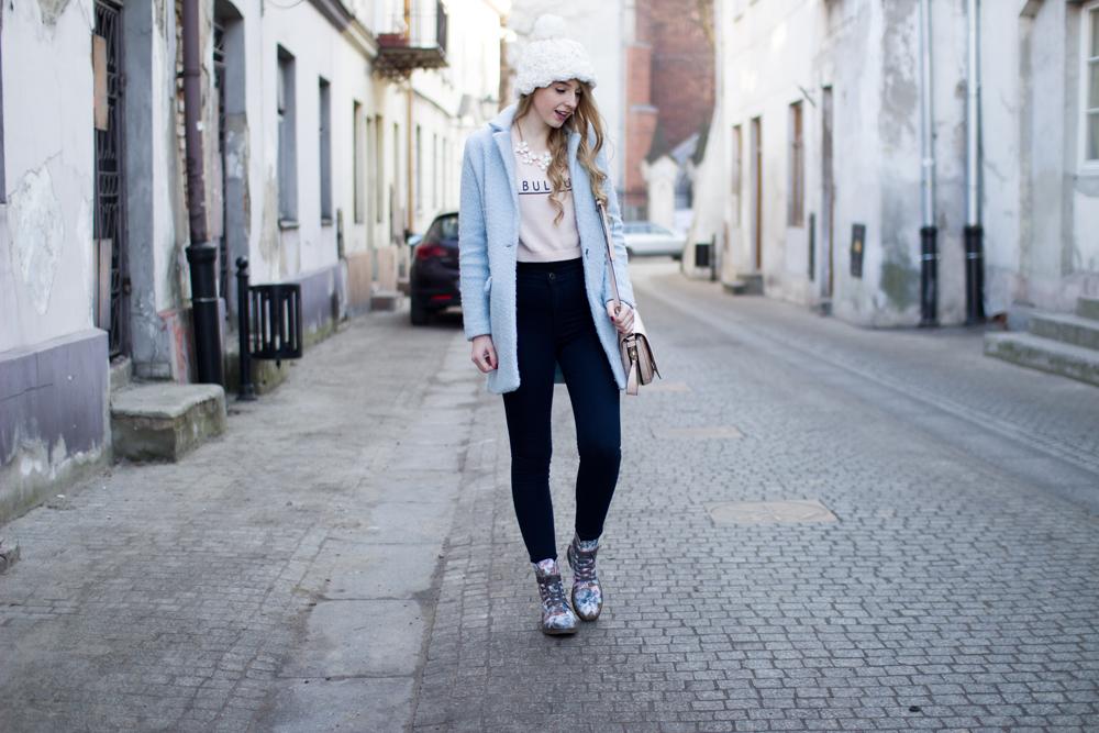 biała czapka beanie z koralikami i pomponem C&A naszyjnik kwiatki baby blue błękitny płaszcz jeansy z wysokim stanem buty w kwiaty blond kręcone włosy na blog modowy Piotrków Trybunalski
