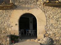 Portal adovellat de la façana de migdia de L'Espina