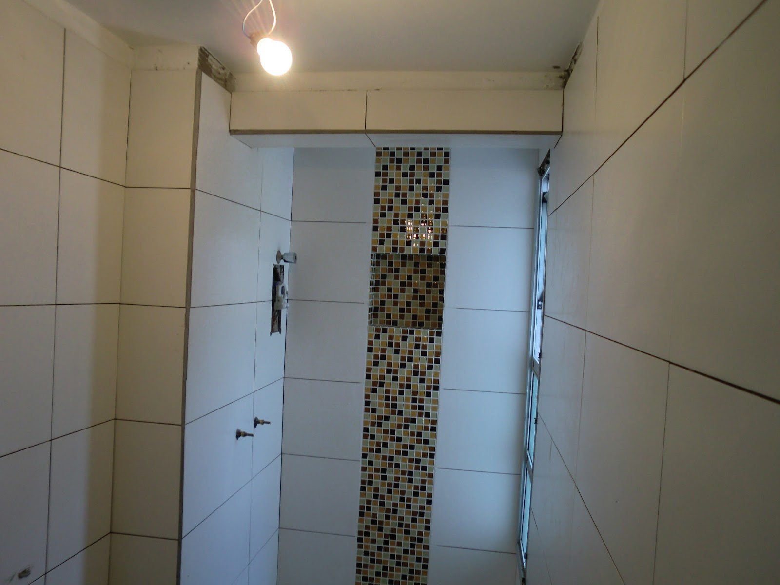 Acabamento com Cantoneira de Alumínio para quinas de azulejo e vigas #3F698C 1600x1200 Banheiro Com Azulejo No Teto