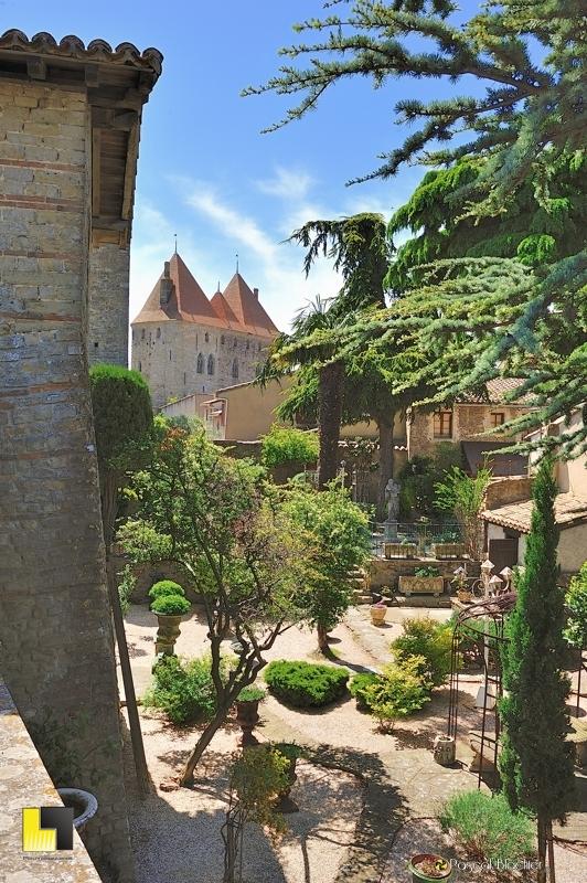 Un jardin particulier dans la cité de Carcassonne photo pascal blachier