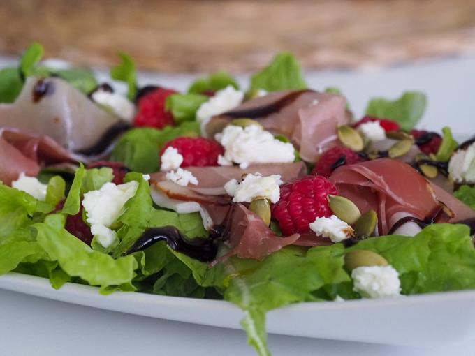 juhlavampi salaatti grilliruoan kanssa, parmankinkku-feta-vadelma salaatti