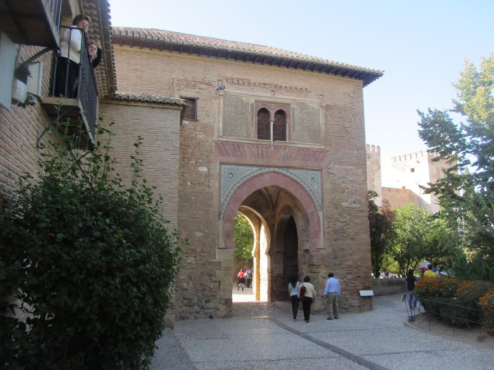 Puerta del Vino, que da acceso a la Plaza de los Aljibes