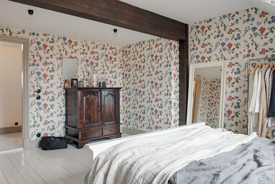 La cómoda y el papel pintado confieren un aire vintage