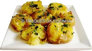 Batatas ao murro decoradas com salsa