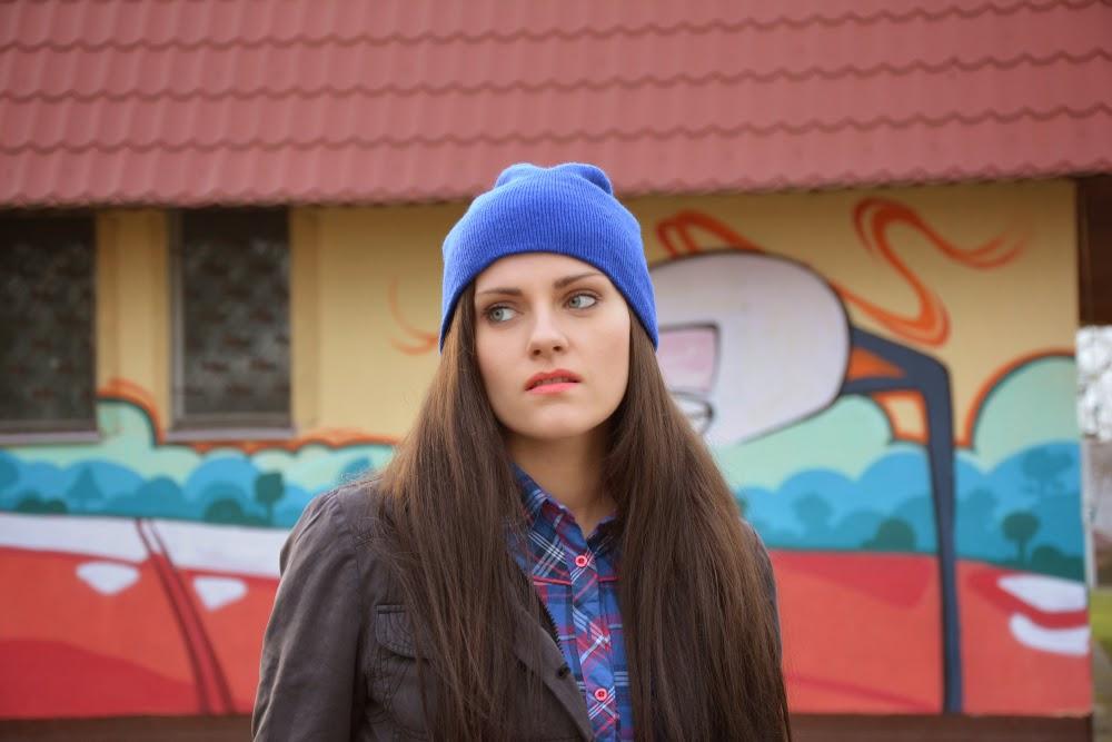 niebieska czapka stylizacja
