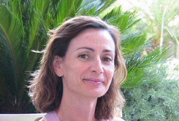 Imagen de la autora: rostro con vegetación al fondo