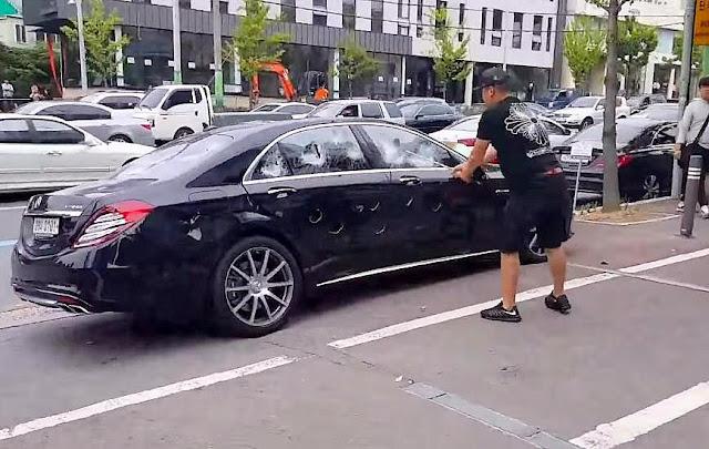 Coreano enfurecido destroza un Mercedes S63 con un palo de golf