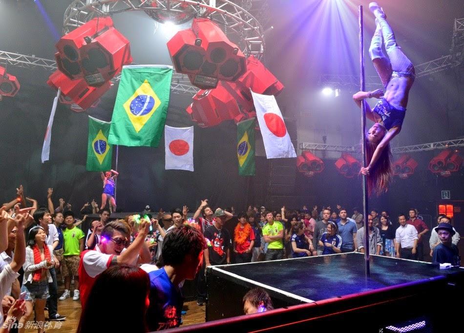 Suasana Dunia Malam di Tokyo Saat Merayakan Piala Dunia 2014