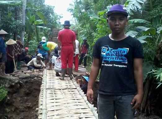 Bakti sosial IST membangun jembatan sesek