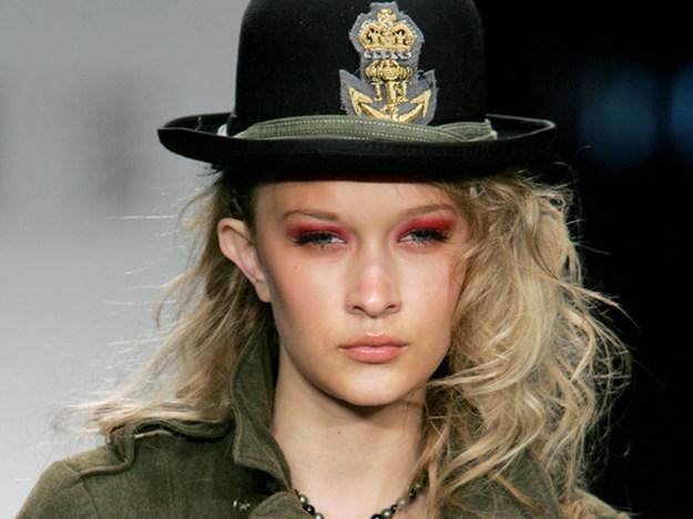 Женская прическа милитари