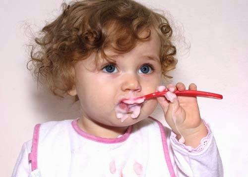 Фото малыш ест сам