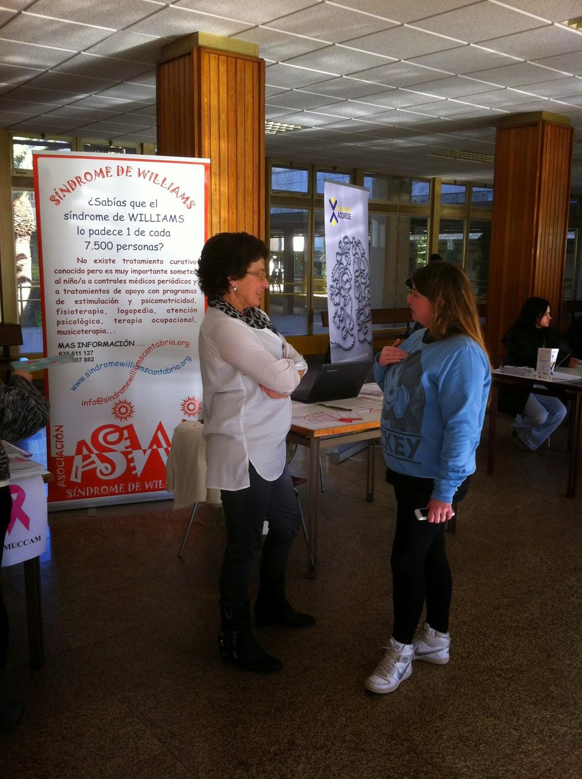Carmen Rumayor, Presidenta ASW-Cantabria, junto a la mesa informativa