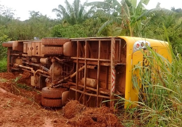Ônibus escolar tomba em linha rural e três estudantes ficam feridos