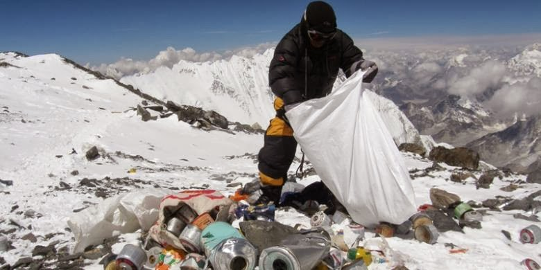Ingin Mendaki Everest? Harus Siap Bawa Sampah!