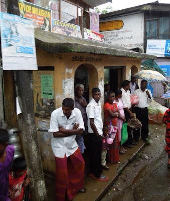 Шри-Ланка, автобусная остановка, местные, наряды