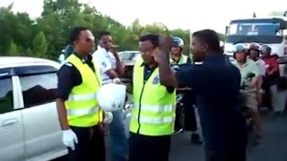 Samseng India Lawan Polis