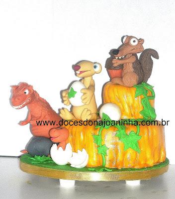Bolo decorado Sid Scrat Mamãe Dinossauro e filhote de dinossauro saindo do ovo Personagens do filme A Era do Gelo 3 modelados em açúcar