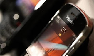 He aquí una muestra de hasta qué punto ha caído la estrella de BlackBerry: El fabricante de una popular aplicación ha desertado, citando un «éxodo continuo» de usuarios que migran hacia Android y el iPhone. YouMail, el servicio de correo de voz visual, dejará de desarrollar su aplicación para BlackBerry. El director ejecutivo de YouMail, Alex Quilici, dijo en un blog que la decisión fue «agridulce,» ya que BlackBerry «nos dio nuestro primer millón de usuarios registrados y nos puso en el mapa como una empresa». La aplicación de YouMail actualmente está entre las 10 'apps' más populares en la