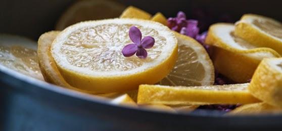 Ingredienser til syrensaft. Let at lave saft af blomster som syrener